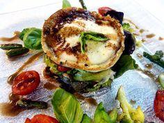 Ensalada verde con verduras asadas de temporada y queso de cabra tostado