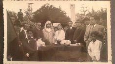 LARACHE ABRIL 1935, CARRERA CICLISTA CASABLANCA-TANGER-CASAB MIS MARRUECOS 1935, BANDERA REPUBLICANA - PREPARANDO LA ENTREGA POR MISS MARRUECOS 1935 Y AUTORIDADES DE LA COPA EN LA CARRERA CICLISTA EN LARACHE. EN PRIMER TERMINO UN CHAVAL CON LA BANDERA REPUBLICANA.