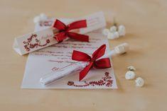 Magyar népmesés mintákkal díszített meghívó. A hasáb alakú dobozában található a szatén szalaggal díszített kémcső. A benne található, mintával díszített pauszpapíron olvashatóak a meghívóra megálmodott szövegek. A pauszpapír feltekerve, organza szalaggal átkötve található a kémcsőben. #kémcsövesmeghívó #esküvőimeghívó #meghívó #testtube #testtubeinvitation  #üzenetapalackban  #kreatívcsiga #weddinginvitation #wedding #invitation #esküvő #palackposta #magyarnépmese #magyarosmeghívó Place Cards, Gift Wrapping, Place Card Holders, Gifts, Gift Wrapping Paper, Presents, Wrapping Gifts, Favors, Gift Packaging