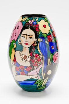Criado pelo Atelier Patricia Virmond, o vaso oval de porcelana (8 cm x 30 cm x 18 cm) é pintado à mão e pode ser comprado na Casa de Valentina (www.casadevalentina.com.br) por R$ 1.200 | Preços pesquisados em setembro de 2015 e sujeitos a alterações