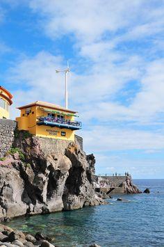 Madère : direction l'Ouest - via My Sweet Escape 12.01.2015   Une autoroute relie Funchal à la côte ouest en moins d'une heure, mais nous avons préféré longer la côte sinueuse, ses monts et vallées, et nous imprégner de ses paysages sauvages. Sublime…Photo: ponta do sol madère