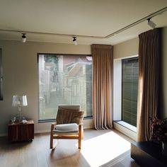 De charme van deze raambekleding is de brede toepasbaarheid. Met een simpele beweging regelt u de intensiteit en de ruime lichtinval. Aluminium jaloezieën zijn in zeer veel breedtes en afwerkingen leverbaar. Voor zowel klassieke als moderne interieurs een schitterend product om toe te passen. Meer info: www.onelwindowdre.... Tags: #jaloezieën #aluminium #luxaflex #raambekleding #blinds #venetianblinds #onel #onelwindowdressings