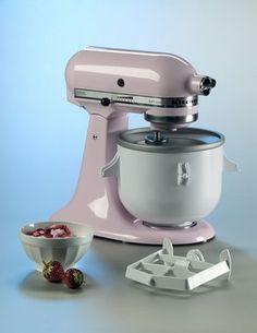 Robot Artisan, Bol réfrigérant, KitchenAid - Sélection de produits déco pastel - Tout le monde connaît ce robot façon rétro. La célèbre marque a décidé de lui rajouter un accessoire indispensable dès que les beaux jours apparaissent, le bol réfrigérant pour le transformer en sorbetière...