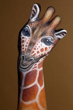Giraffe: Clever designed hand art by Guido Daniele - yes, the canvas is really a human hand!