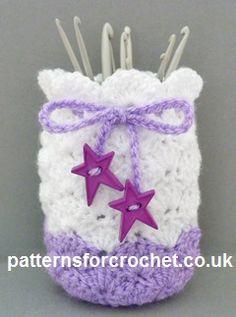 Free crochet pattern for jar cover… Crochet Jar Covers, Crochet Case, Crochet Gifts, Cute Crochet, Knit Crochet, Fingerless Gloves Crochet Pattern, Crochet Kitchen, Crochet Stitches Patterns, Crochet For Beginners