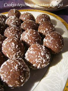 Hozzávalók: 25 dkg gesztenyemassza 20 dkg darált háztartási keksz 10 dkg étcsokoládé (55%-os) 1,5 dl tejszín kókuszreszelék ...