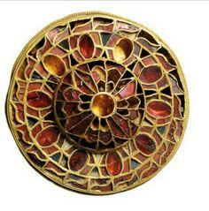 Fibula a disco decorata a cloisonnè. Oro con granati e paste vitree. Fine VI-inizi VII sec.