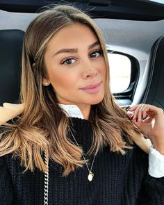 Top 17 Wedge Haircut Ideas for Short & Thin Hair in 2019 - Style My Hairs Cabelo Ombre Hair, Balayage Hair, Cheveux Beiges, Trendy Hairstyles, Baddie Hairstyles, Hairstyles Videos, Everyday Hairstyles, Ponytail Hairstyles, Vintage Hairstyles