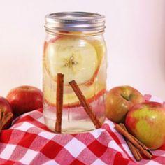 Questa #bevanda di mela e cancella ha zero calorie, favorisce il dimagrimento e aumenta l'energia.  Ingredienti: 1 pezzi di mela 2 bastoncini di cannella 1 litro d'acqua  Lava la mela, tagliala a fette e mettila in un vaso pieno d'acqua insieme ai bastoncini di cannella. Chiudi e lascia pernottare in frigo. Questa bevanda si può bere ogni giorno, la mela e la cannella si possono riusare fino a 3 volte.  Sarebbe un peccato non condividere una ricetta cosi gustosa, leggera e salutare.