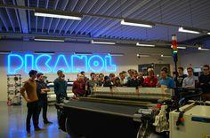 Studenten UGent op bezoek in Ieper Weaving Machine, Textile Industry, Neon Signs, Traditional, Group, Life, Students