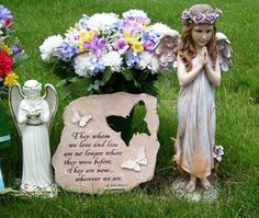 Mom died: In chapter 1 Ella's mom died. Now that she is gone Ella didn't have as much fun. She was sad alot and depressed. But she finally got over it but still thinks of her. Grave Flowers, Cemetery Flowers, Cemetary Decorations, Garden Art, Garden Design, Floral Quotes, Ella Enchanted, Mom Died, Memorial Flowers