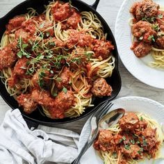 Italienske kødboller smager fantastisk. Denne opskrift på italienske kødboller i tomatsovs er med friske krydderurter og spaghetti.