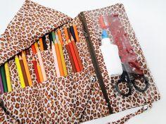 Estojo porta lápis feito em tecido de algodão, com 30 divisórias de aproximadamente 4,5 cm cada, ideal para acomodar 105 lápis de cor: 60 lápis na fileira de cima e 45 lápis na fileira de baixo. Com compartimento de zíper na lateral, para guardar cola, tesoura, régua, borracha, apontador... Para ...