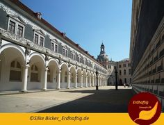 Turnierhof in Dresden - im Hintergrund die Kuppel der Frauenkirche. Innen die beiden Pilare.