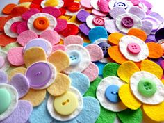 paper-and-string: cute felt flowers Felt Flowers, Diy Flowers, Fabric Flowers, Cute Crafts, Felt Crafts, Diy Crafts, Sewing Crafts, Sewing Projects, Craft Projects