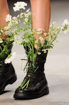 Embroidery Shoes Haute Couture 15 New Ideas London Fashion Weeks, Fashion Foto, Runway Fashion, High Fashion, Green Fashion, Spring Fashion, Fashion Shoes, Rangers, Mode Shoes
