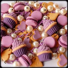 pulseira com macarons e cupcake de mirtilo