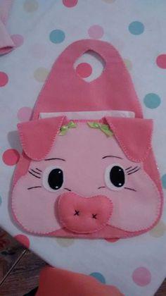 Resultado de imagem para costura de tecido de lixeirinha coruja para carro passo a passo Pig Crafts, Felt Crafts, Sewing Crafts, Diy And Crafts, Sewing Projects, Peg Bag, Felt Patterns, Kids Bags, Hot Pads