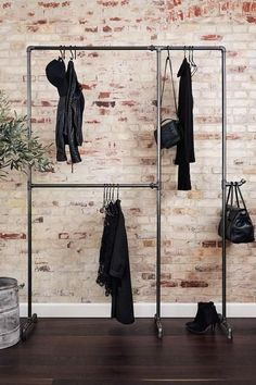 Wild Bill Elliot - Freestanding clothes rack with two .- Wild Bill Elliot – Freistehender Kleiderständer mit zwei Ebenen Practical and sturdy clothes rack made of iron pipes – to buy at RackBuddy -