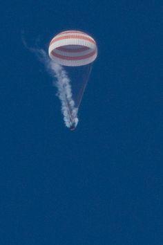 Rara foto de la Soyuz TMA-07M con la cápsula humeante al liberar el peróxido de hidrógeno de los motores del SA (TsPK). Vía.
