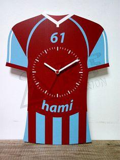 Trabzonspor fanatiklerine özel forma tasarımlı kişiye özel isim ve numara yazdırılabilen MDF ahşap duvar saati.