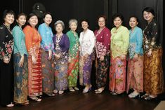 Traditional dress of Indonesia which is featured with unique patterns and designs is truly symbolic in the heritage of South East Asia. Batik Kebaya, Batik Dress, 1950s Fashion, High Fashion, Fashion History, Old Women, Traditional Dresses, Kimono Top, Sari