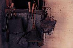 Varsinaisten varaosien lisäksi navetalla on myös vanhaa tavaraa.