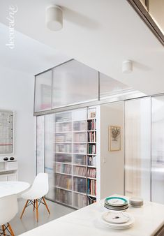 how to have the open-shelving look without the extra work keeping it dust-free. interior design polycarbonate and steel sliding panels, resin floor  diseño interior, paneles deslizantes de policarbonato y acero, suelo de resina