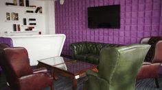 Wysokiej jakości skórzane fotele i kanapa, fioletowa pikowana ściana, niskie stoliki oraz lada barowa, nadadzą niepowtarzalnego charakteru każdemu spotkaniu.