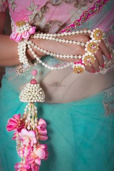 Looking for Floral necklace? Browse of latest bridal photos, lehenga & jewelry designs, decor ideas, etc. on WedMeGood Gallery. Flower Jewellery For Mehndi, Lehenga Jewellery, Flower Jewelry, Diy Bridal Jewellery, Gold Jewellery, Indian Wedding Jewelry, Indian Jewelry, Big Fat Indian Wedding, Indian Weddings