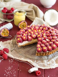 Coconut Pie and Raspberry Filled with Passion Fruit Curd No Cook Desserts, Delicious Desserts, Dessert Recipes, Yummy Food, Desserts Fruits, Gourmet Recipes, Sweet Recipes, Cooking Recipes, Passion Fruit Curd