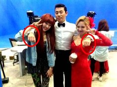 Girls' Generation's Tiffany & Hyoyeon get manner hands backstage at 'Dancing with the Stars 2′ #allkpop #kpop #SNSD #GirlsGeneration