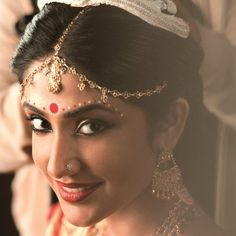 Our #bindi #inspiration for today is this #beautiful #bengali #bride we found on Pinterest! Love everything about her from the #traditional #bridalbindi to the #chandelier earrings and her #maangtikka ❤️ (Source : Indianroots) #love #indianweddings #indianweddingsmag #love #bridal #bridesmaids #bridaldreams #bride #sangeet #brides #bride #bridaltrials #mua #bindisandbaubles #love #beautiful #indianbride #hennaandbeyond #bengaliwedding