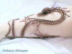 // Drahtumwickelte Drachenarmband-Armmanschette Source by Copper Jewelry, Cute Jewelry, Body Jewelry, Jewelry Crafts, Jewelry Accessories, Handmade Jewelry, Jewelry Design, Unique Jewelry, Dragon Bracelet