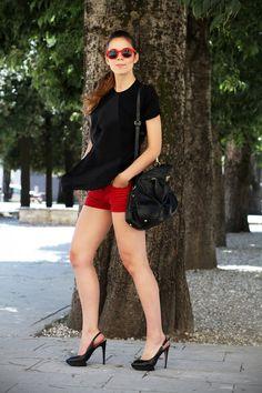 #fashion #fashionista Irene SHORTS | OUTFIT | LOOK | CHIC | FASHION BLOGGER |  FASHION BLOG | OCCHIALI DA SOLE | IRENE COLZI | IRENE CLOSET |  BORSA PRADA  | PANTALONCINI CORTI  ROSSI