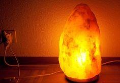 7 choses étonnantes qui se produisent lorsque vous mettez une lampe de sel d'Himalaya près de votre lit
