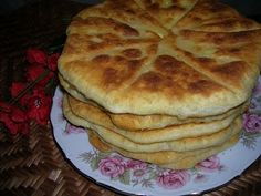 Placinte - Moldovan Traditional Pie (Website in Romanian) Pastry Recipes, Cake Recipes, Dessert Recipes, Cooking Recipes, Desserts, Pastry And Bakery, Bread And Pastries, Great Recipes, Favorite Recipes