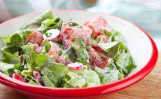 Sałatka warzywna ze śmietaną. Wiosną i latem najlepsza do obiadu. PRZEPIS Wok, Lettuce, Guacamole, Spinach, Vegetables, Ethnic Recipes, Diet, Vegetable Recipes, Salads