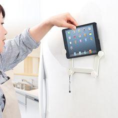iPadなどのタブレット端末を冷蔵庫やホワイトボード、黒板などにマグネットで貼り付けられる「iPad・タブレット用マグネットホルダー(9~11インチ対応・磁石貼り付け・冷蔵庫・ホワイトボード設置対応)100-MR082W