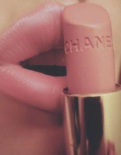 Chanel lips pink make up gold lipstick chanel nude Kiss Makeup, Love Makeup, Hair Makeup, Makeup Blog, All Things Beauty, Beauty Make Up, Hair Beauty, Lipstick Colors, Lip Colors