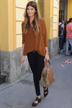 Bianca Brandolini d'Adda, that is, how to be stylish with shirt, skinnies, and the right accessories.