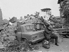 Foto Terremoto Friuli 6 maggio 1976 uomo automobile