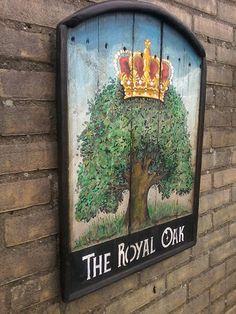 The Royal Oak komt aan zijn naam door een oud verhaal uit de Engelse burgeroorlog. Dit bord is handgemaakt door RAWdecorations.com