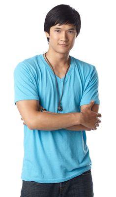 HARRY SHUM JR. Bailarín y actor de nacionalidad costarricense. Es conocido por ser parte de las películas de baile Stomp the Yard, You Got Served y Step Up 2: The Streets. Co protagonista  de la serie de televisión Glee.