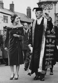 Queen Elizabeth II visits Prime Minister Harold Macmillan, Chancellor of Oxford University, in Oxford, 4th November 1960  (Getty Images)