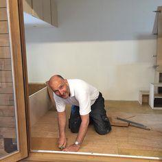 Wijnand van Decork Haarlem legt op dit moment de kurk vloer in mijn Tiny House! Wat wordt dat mooi! #marjoleininhetklein #tinyhouse by marjolein_in_het_klein
