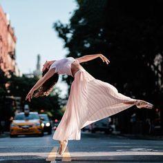 Street Ballet: Photographer captures ballet dancers leaping all over New York Ci… Creative Dance Photography, Street Dance Photography, Outdoor Ballet Photography, Contemporary Dance Photography, Dance Photography Poses, Dance Poses, Street Ballet, City Ballet, Ballet Leap