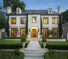 Dallas Beauty, this home is beautiful with all it's subdued colors inside, love it!
