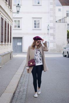Streetstyle Herbst Outfit mit Zara Mantel, Sneakers, Lederleggings und Baskenmütze