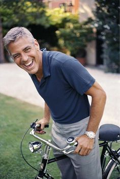 OMG! Just perfect!: George Clooney on a very Dutch-looking bicycle!!